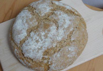 Domač polnozrnat pirin kruh s chia semeni