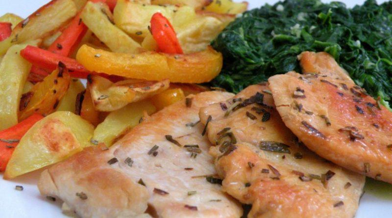 piscancji-zrezki-s-pehtranom-hrustljavo-zapeceno-zelenjavo-in-spinaco