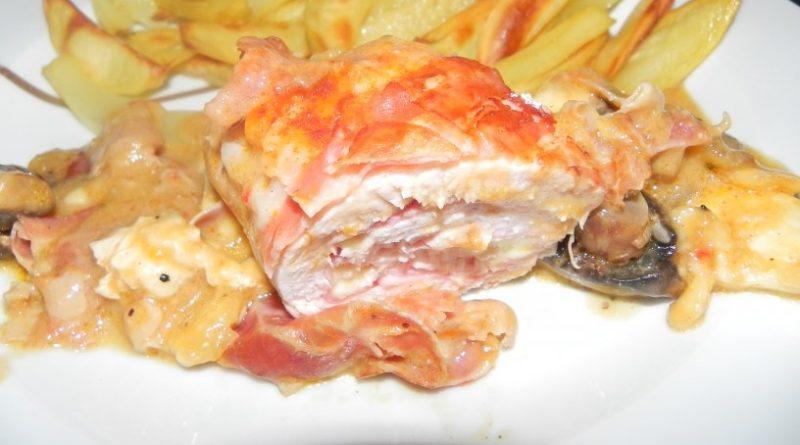 Puranja rulada s šunko, sirom in slanino v omaki