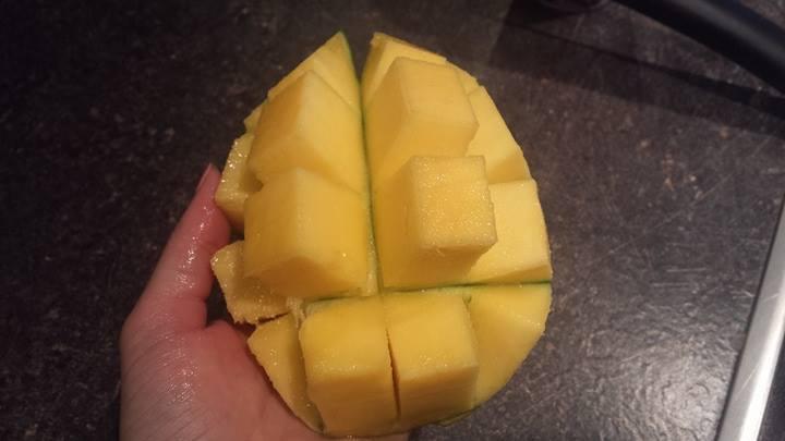 Domač mangov sladoled z meto