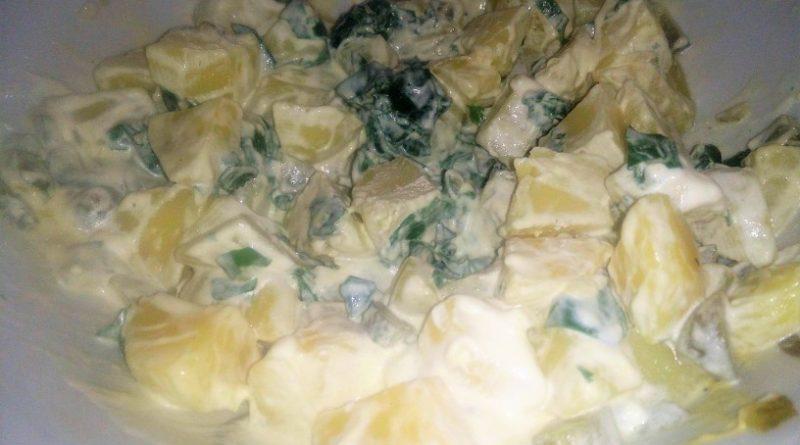 Sočna krompirjeva solata s kislimi kumaricami