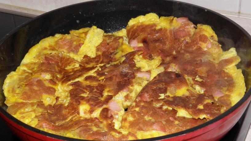 Omleta s popečenim kruhom in piščančjo salamo 5