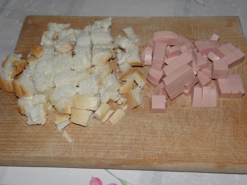 Omleta s popečenim kruhom in piščančjo salamo 1