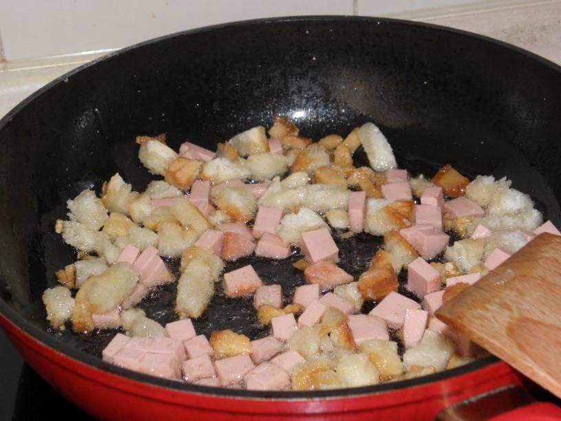 Omleta s popečenim kruhom in piščančjo salamo 2