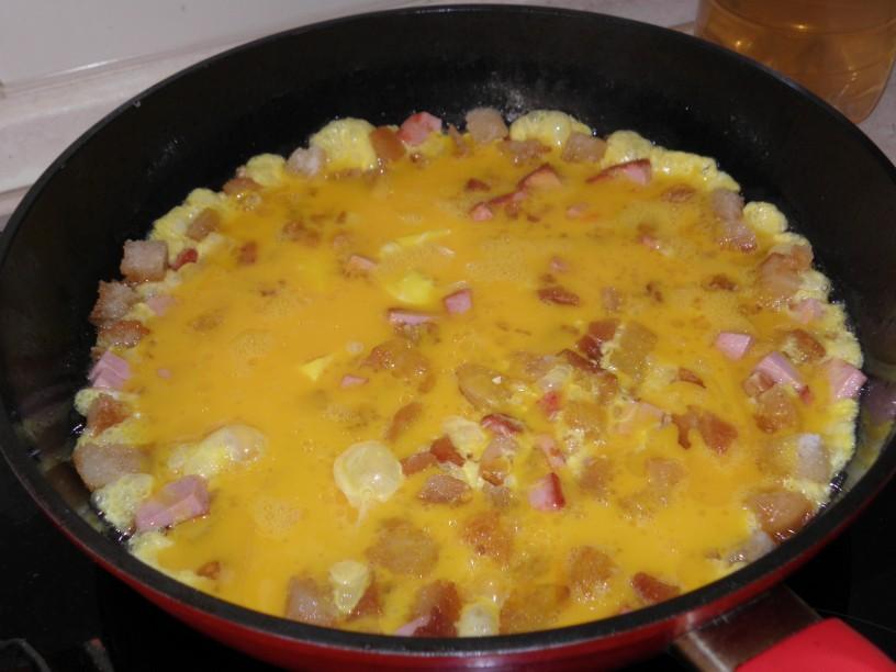 Omleta s popečenim kruhom in piščančjo salamo 4