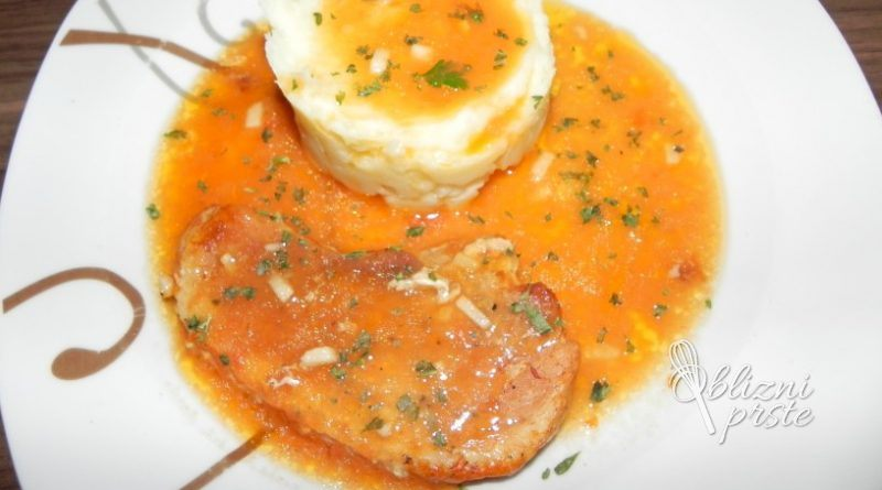 Bozanski svinjski zrezki v omaki iz pecice