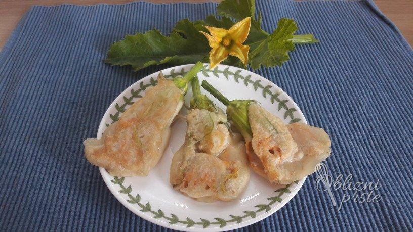 Bučkini cvetovi polnjeni s sirom (brez jajc)
