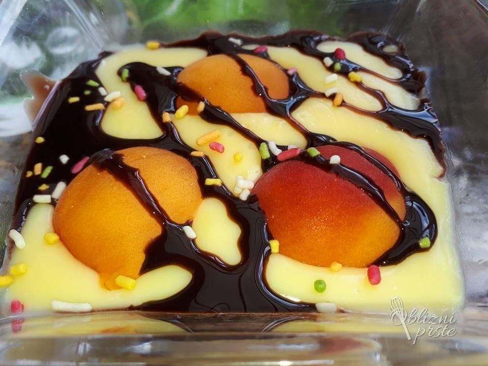 Lahka sladica z marelicami in vaniljo
