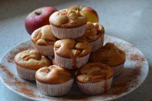Vanilijevi mafini z jabolki in cimetom