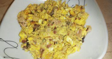 Umešana jajca s čebulo in tuno