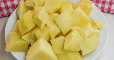 Kuhan slan krompir v kosih