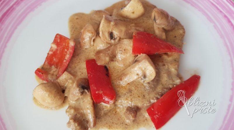 Svinjski zrezki v omaki s popečenimi šampinjoni