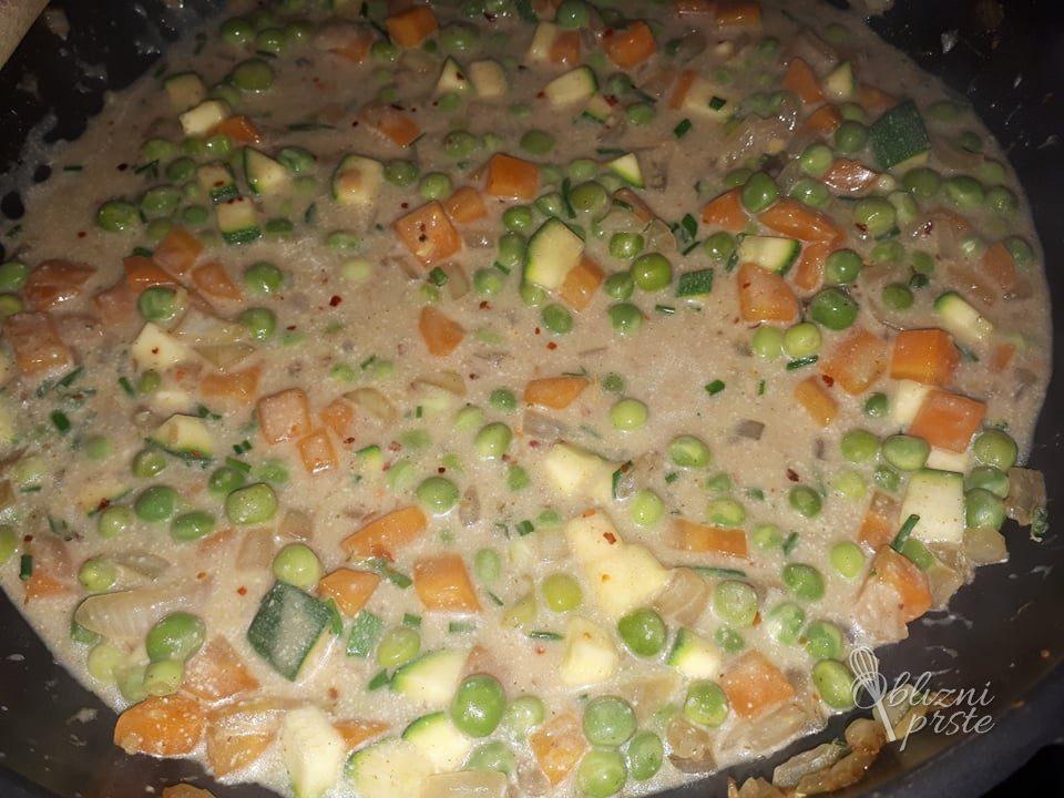 Puranji zrezki v slastni zelenjavni omaki