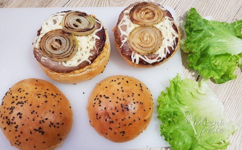 Burger z domačimi bombetkami