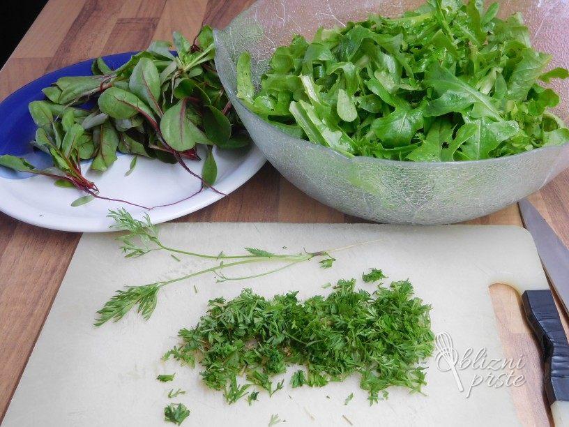 Zelena solata z dodanimi listi rdeče pese in korenčka