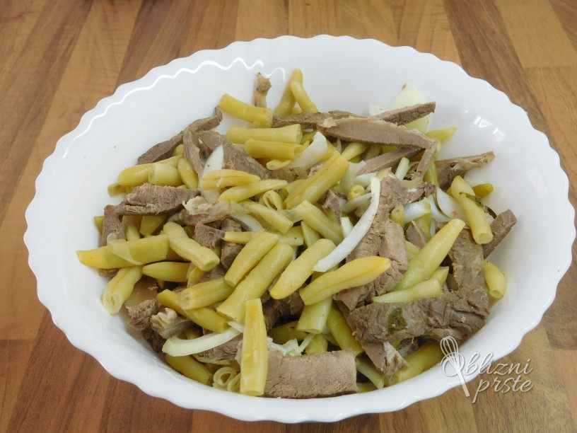 Stročji fižol z govejim mesom v solati