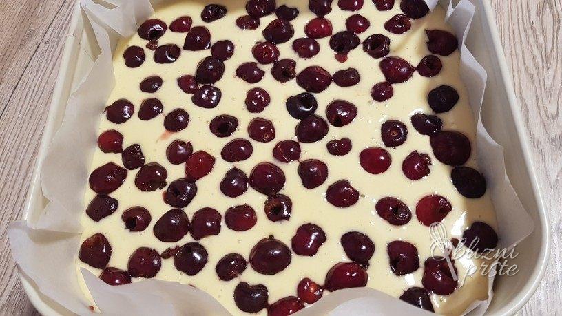 Enostaven biskvit s sadjem