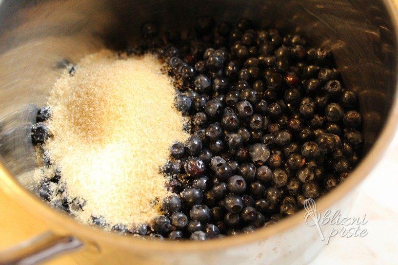 Vanilijeve rezine z borovnicami v kakavovi omaki