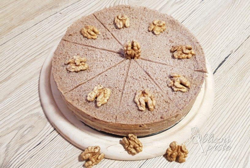 Torta iz palačink z orehovim nadevom