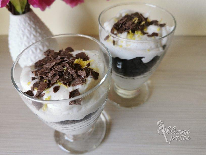 Enostavna sladica v kozarčku z grškim jogurtom