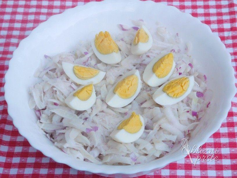 Črna redkev in repa z jajci v solati