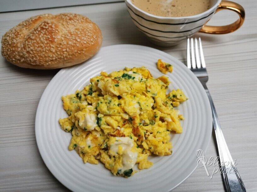 Umešana jajca s česnom, topljenim sirom in peteršiljem