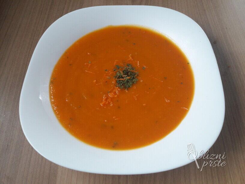 Oranžna krema juha s koriandrom