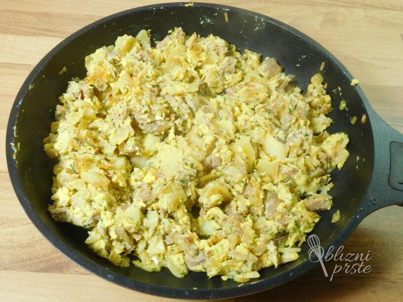Pražen krompir z govedino in jajcem