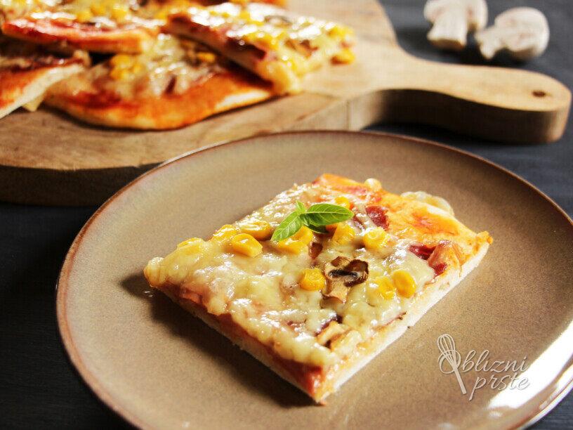Domača pica s svežimi šampinjoni