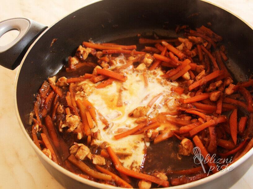 Riževi rezanci s piščancem in arašidi
