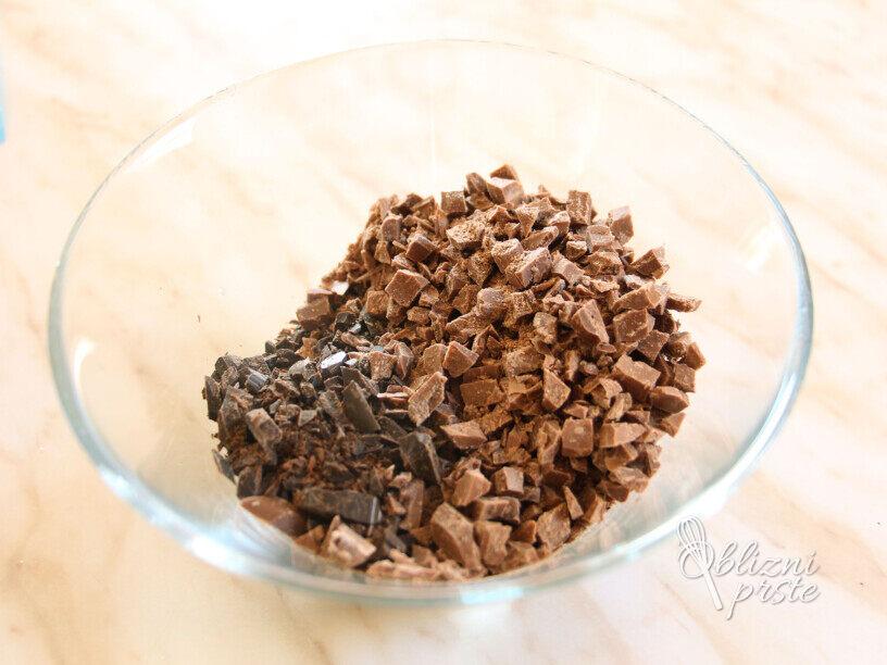 Čokoladno kavno pecivo z zdrobovim nadevom in orehi