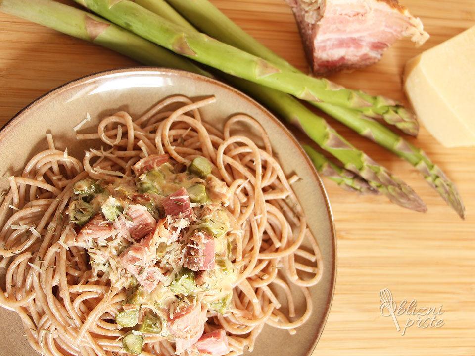 Špageti s šparglji in kuhano šunko