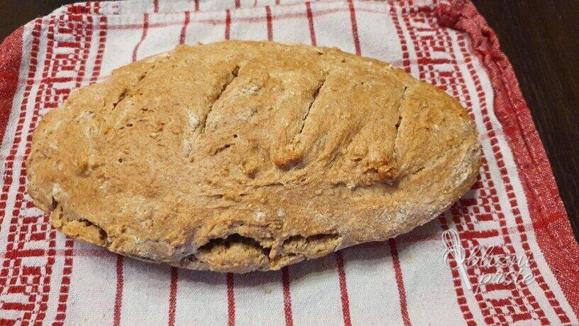 Okusen pirin kruh brez kvasa in gnetenja