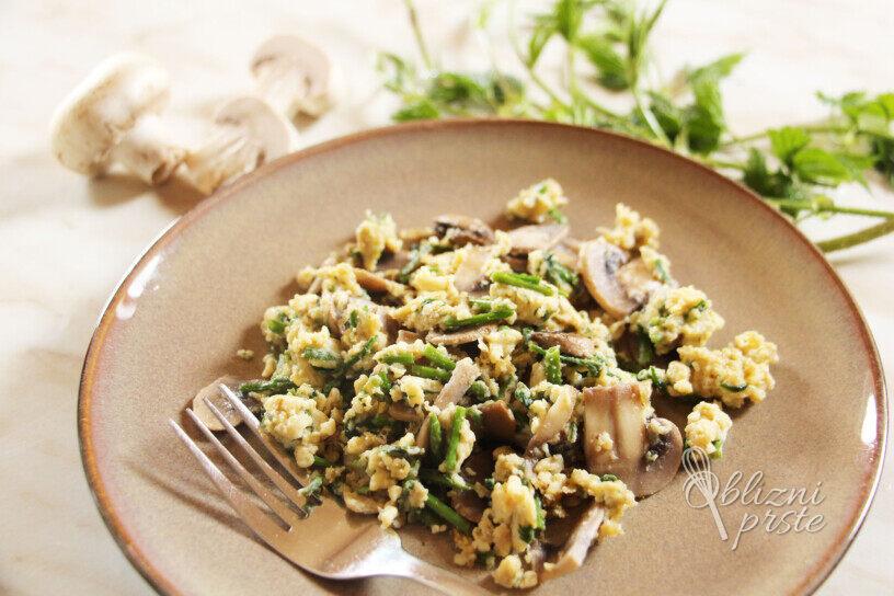 Jajčna omleta s šampinjoni in divjim hmeljem