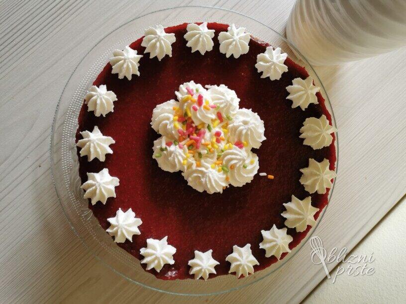 Sočna skutna torta z jagodami
