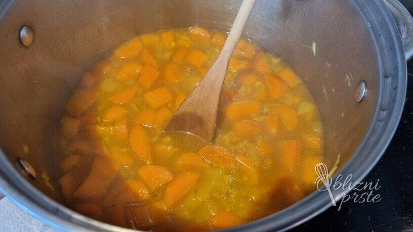 Okusna korenčkova juha s kurkumo