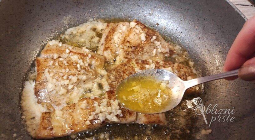 Losos popečen na maslu s česnom
