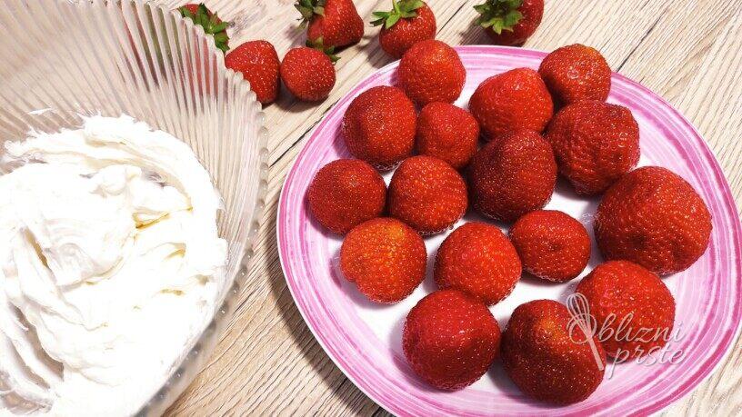 Polnjene jagode z vanilijevo kremo