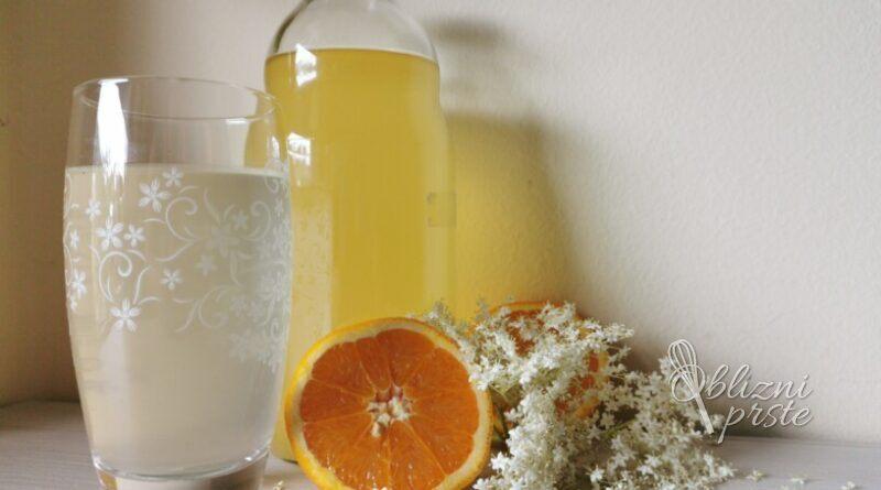 Enostaven bezgov sirup s pomarančo