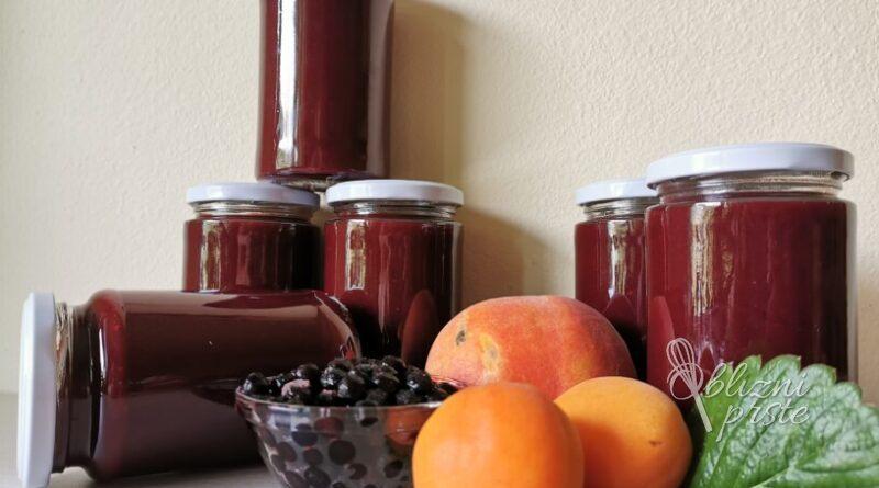 Marelična marmelada z breskvami, borovnicami in jagodami